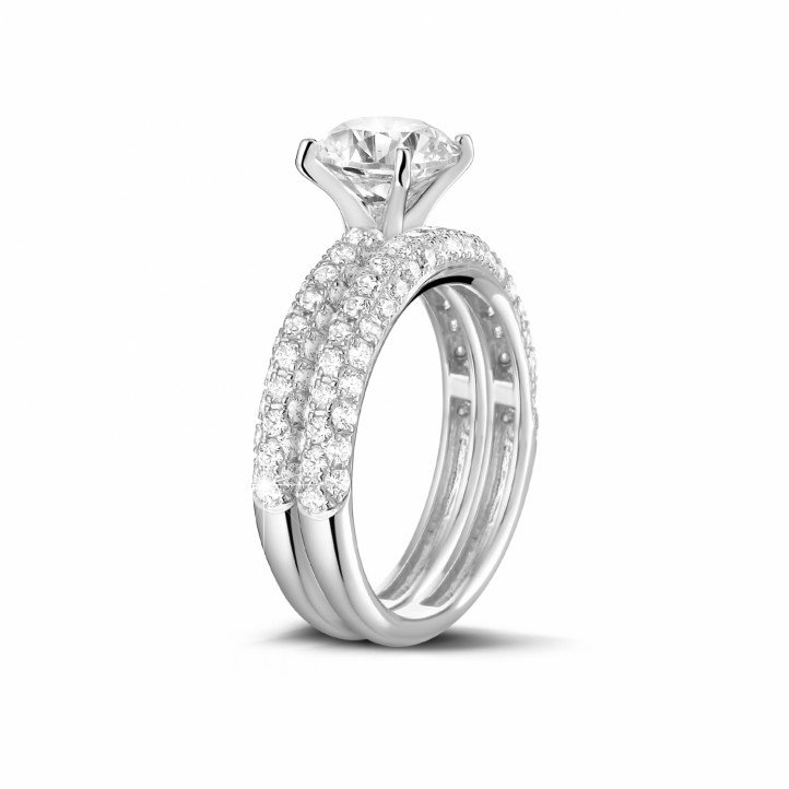Matching diamond engagement and wedding band in white gold with a central diamond of 1.20 carat and small diamonds