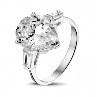 High Jewellery - Ring in white gold with pear shaped diamond and taper cut baguette diamonds