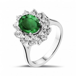 Jewels with ruby, sapphire and emerald - Entourage ring in white gold with an oval emerald and round diamonds
