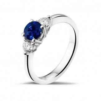 Engagement - Trilogy ring in white gold with a central sapphire and 2 round diamonds
