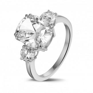 高定珠寶 - 三鑽白金枕形鑽石戒指(鑲嵌枕形鑽石和圓形鑽石)
