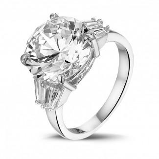 高定珠寶 - 三鑽白金圓鑽戒指(鑲嵌無色圓鑽和尖階梯形鑽石)
