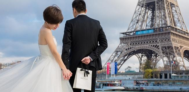 Newlyweds with a BAUNAT gift bag, will the surprise be earrings for women or a ring?