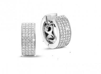 Diamond earrings: perfect to wear at the office