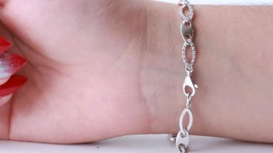 Treat yourself to a bracelet with gorgeous diamonds!