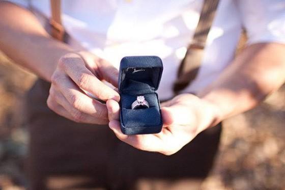 Man met verlovingsring doet aanzoek en koopt een gouden ketting voor de huwelijksverjaardag – BAUNAT
