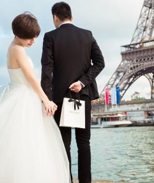 一对幸福的夫妇佩戴BAUNAT宝欧娜钻石戒指在巴黎订婚