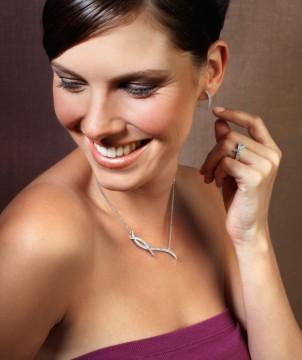 模特佩戴BAUNAT Nathu系列钻石耳环,项链和戒指