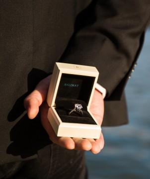 Diamant Solitärring von BAUNAT in einer Schmuckschatulle