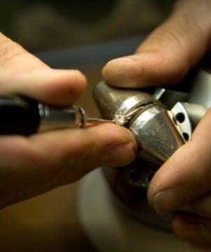 钻石珠宝工匠手工打造白金钻石戒指