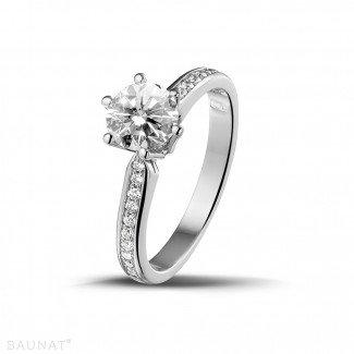 白金钻石求婚戒指 - 0.90克拉白金单钻戒指 - 戒托群镶小钻