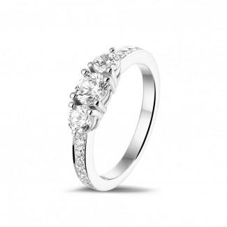 钻石求婚戒指 - 爱情三部曲1.10克拉三钻白金戒指 - 戒托群镶小钻