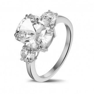 高定珠宝 - 三钻白金枕形钻石戒指(镶嵌枕形钻石和圆形钻石)
