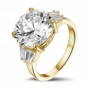 - 三钻黄金圆钻戒指(镶嵌无色圆钻和尖阶梯形钻石)